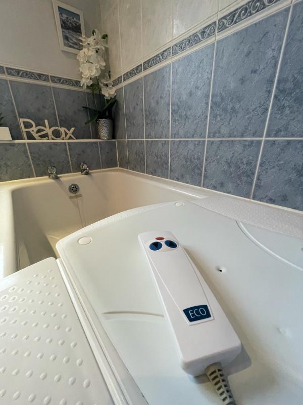 Kanjo Eco Bath Lift white covers remote contol